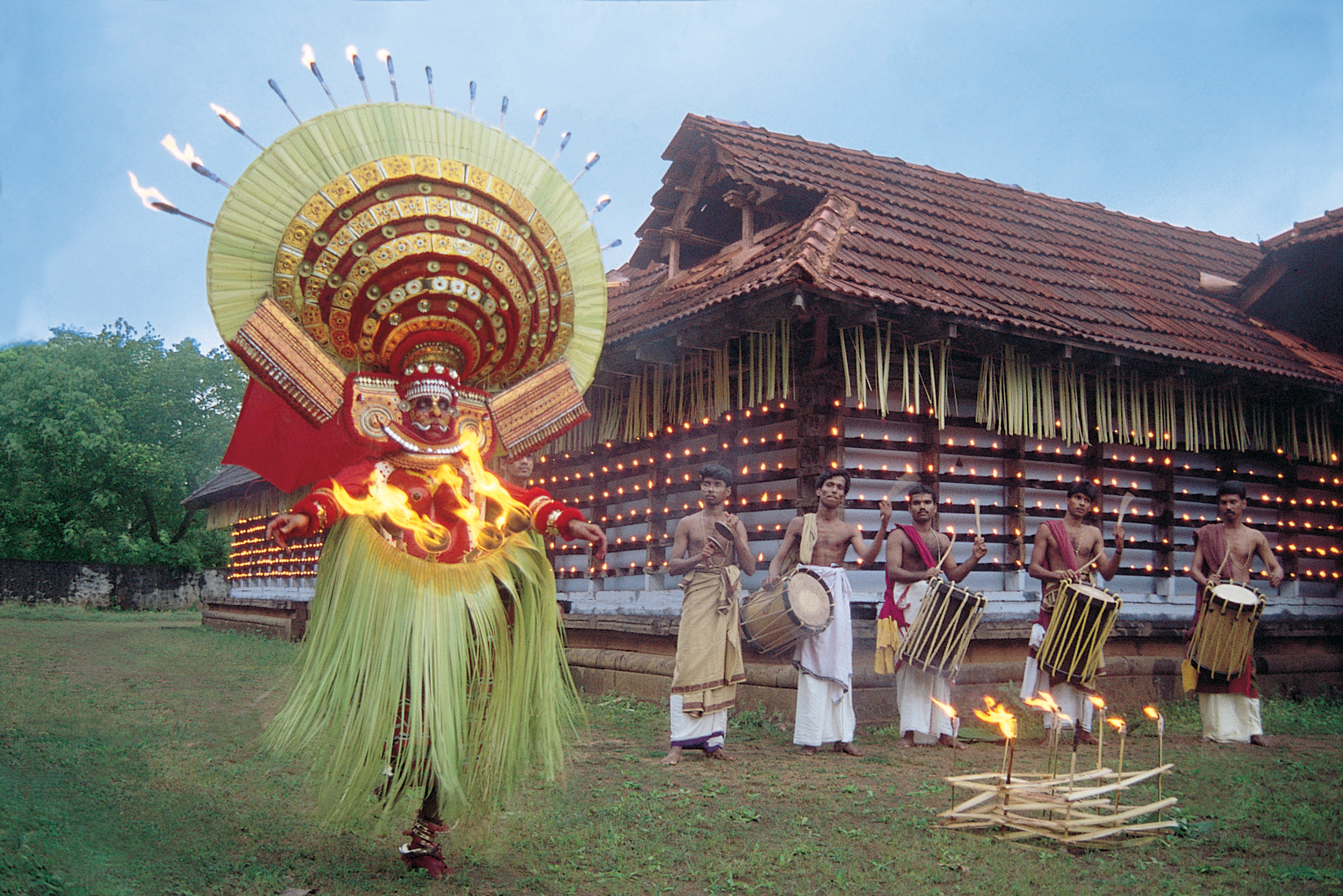 art forms of kerala There are many topics that can be covered in a malayalam essay  dress forms and martial art forms kerala has a rich and diverse cultural history in india.